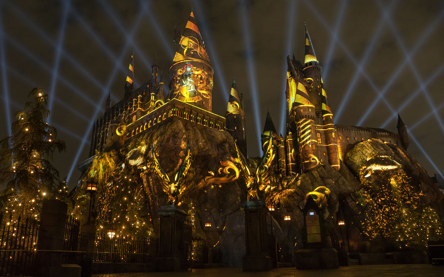 EXPERIENCE THE NIGHTTIME LIGHTS AT HOGWARTS CASTLE IN THE WIZARDING WORLD OF HARRY POTTER