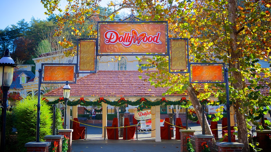 Tennessee wildfires damage Dollywood, spur evacuations
